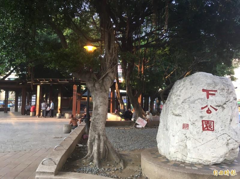 阿賢於苗栗縣頭份市下公園,由人介紹認識就讀高職夜校的少女「小芬」(化名)。(記者彭健禮攝)
