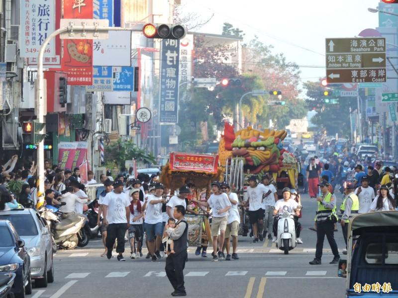 元宵神明遶境是台東傳統民俗活動。(資料照,記者張存薇攝)