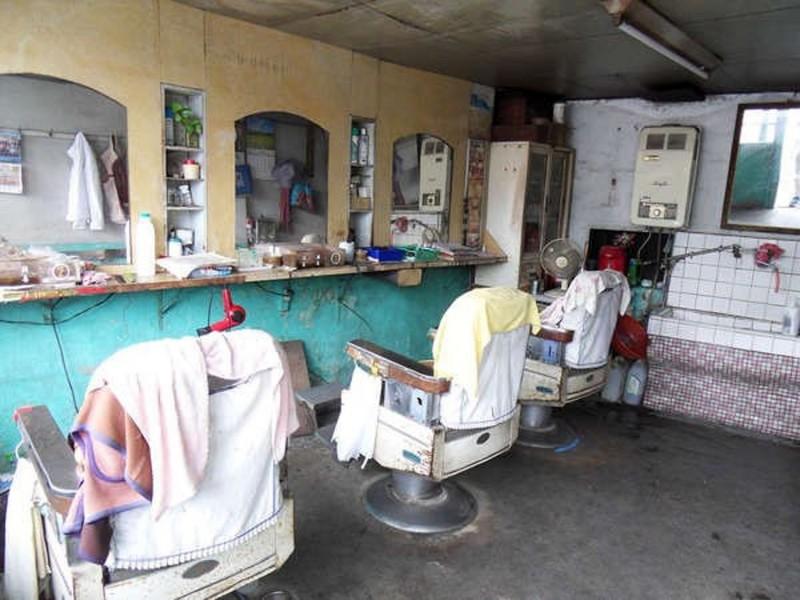 南投市開了一甲子的港都理髮廳原貌。(寶島時代村提供)