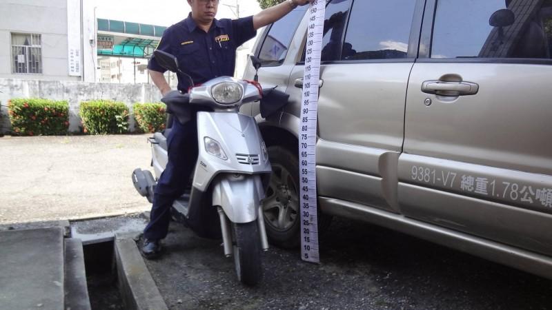 警方丈量肇事車輛後方右側葉子板上發現刮擦痕跡與烤漆殘留,鐵證如山。(記者陳賢義翻攝)