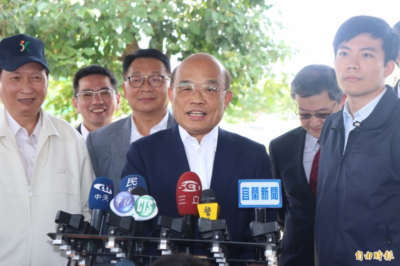 行政院長蘇貞昌(中)今在宜蘭受訪,被問到香港已成為非洲豬瘟疫區,蘇貞昌說,台灣還可以守住魯肉飯,是大家的功勞。(記者林敬倫攝)