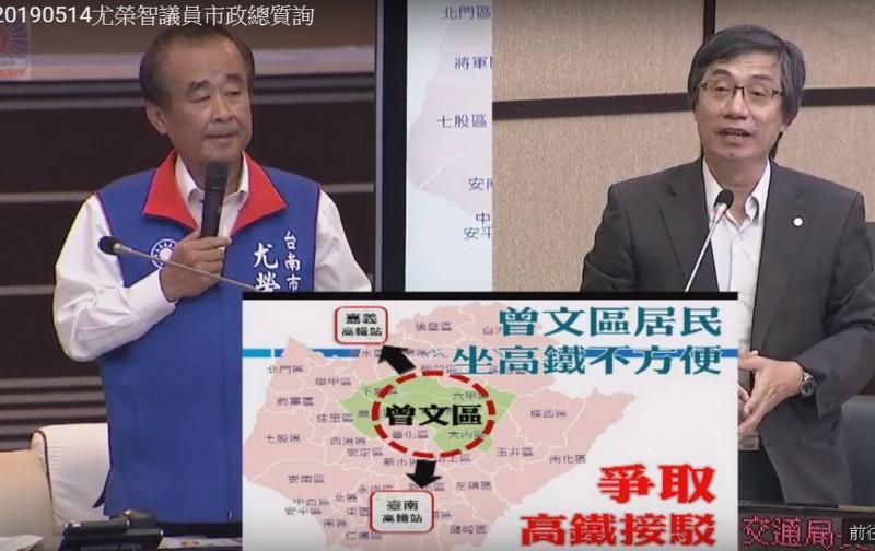 議員尤榮智(左)抱怨曾文區民眾要搭公車到台南及高鐵站,相當不便。交通局長林炎成(右)表示,均已著手規劃開設。(記者蔡文居翻攝)