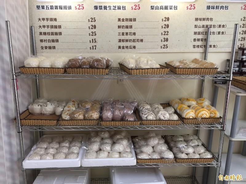 架上包子琳瑯滿目的口味都是吳傅鵬使用台灣在地原物料製成。(記者邱書昱攝)
