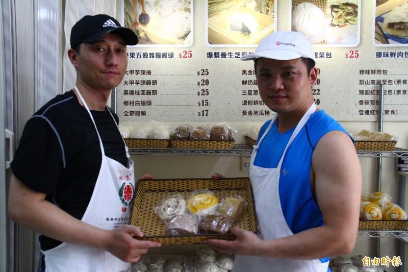 在台投身餐飲業十多年的吳傅鵬(右)經歷過創業失敗,東山再起後找出獨特性。(記者邱書昱攝)