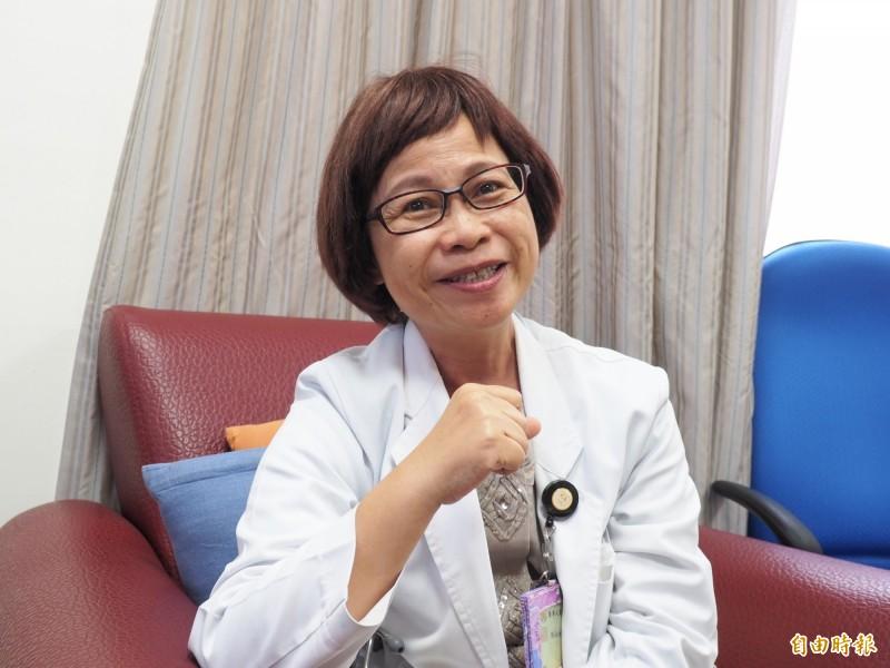 台東基督教醫院家庭醫學科醫師陳淑媜12年來3度罹癌,勇敢樂觀的面對,更以自身經歷呼籲婦女要定期檢查。(記者王秀亭攝)