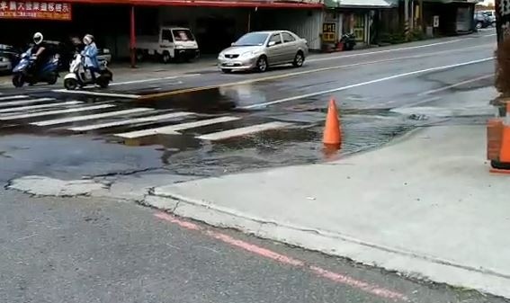 地下排水溝涵洞阻塞,水流無法通過,導致竹南鎮街頭出現「湧泉」。(記者鄭名翔翻攝)
