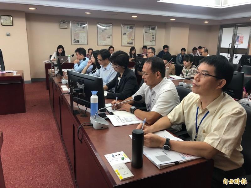 地政局官員於議會報告社子島安置計畫。(記者郭安家攝)