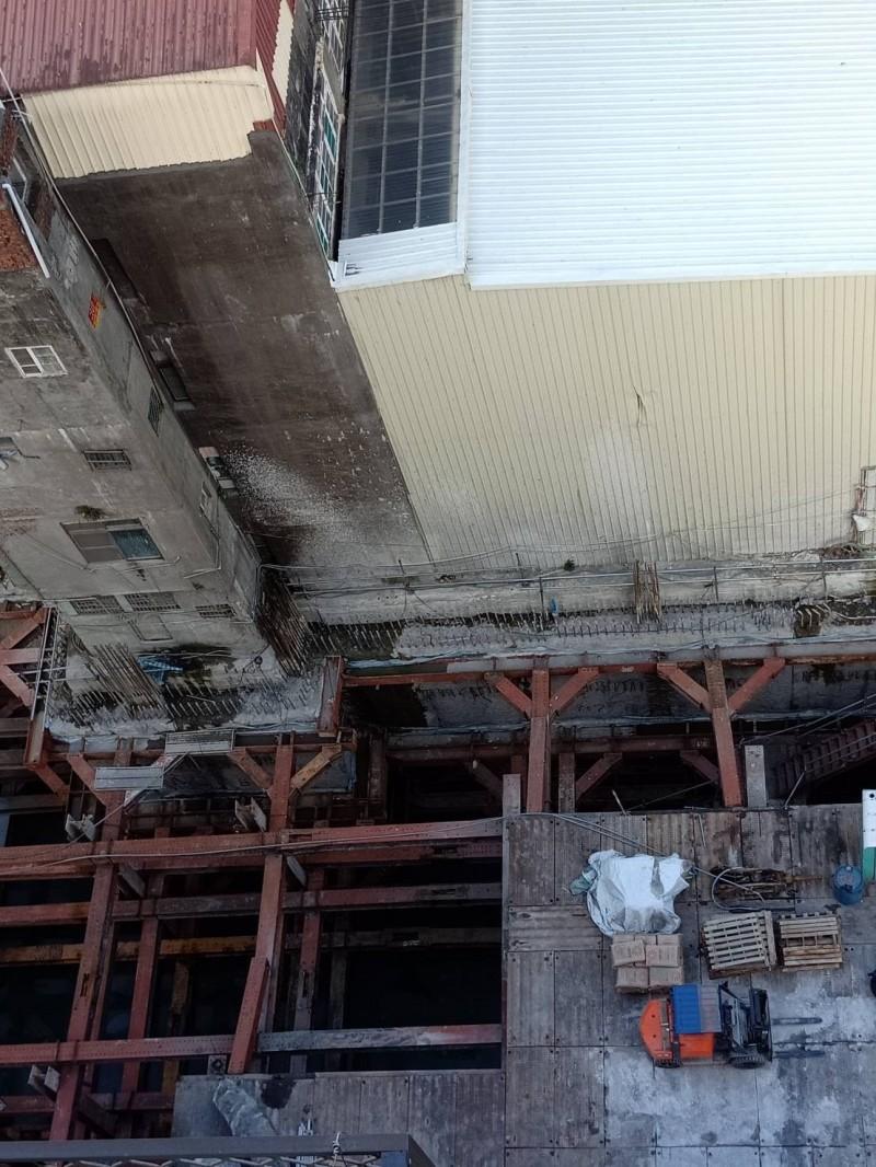 高雄市建國三路一處建築工地,疑建商挖地基時,造成旁邊一棟12層大樓地下室連續壁受損、浸水。(吳先生提供)