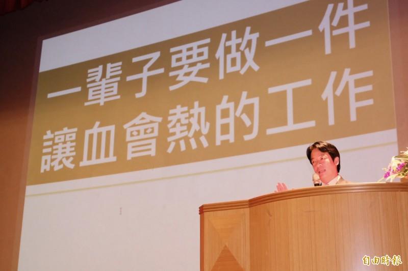前行政院長賴清德14日晚上受邀前往中央大學演講,以「為自己寫人生的故事」為題,他細說自己這段人生歷程。(記者李容萍攝)