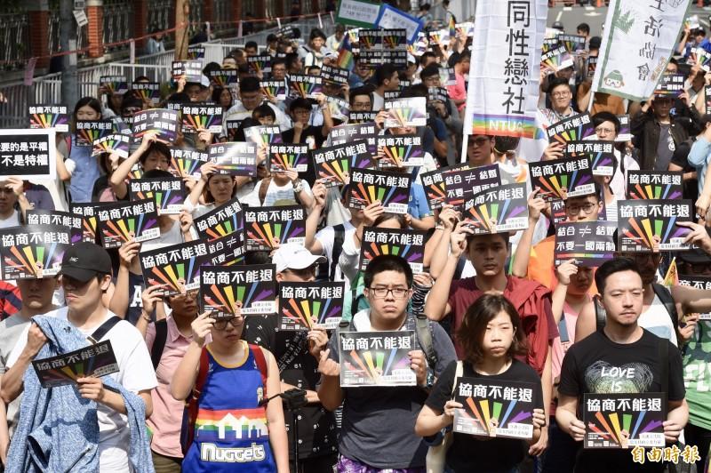 婚姻平權大平台14日在立法院外舉行「婚權緊急動員令: 5/14協商不能退」記者會,支持者到場聲援。(記者黃耀徵攝)