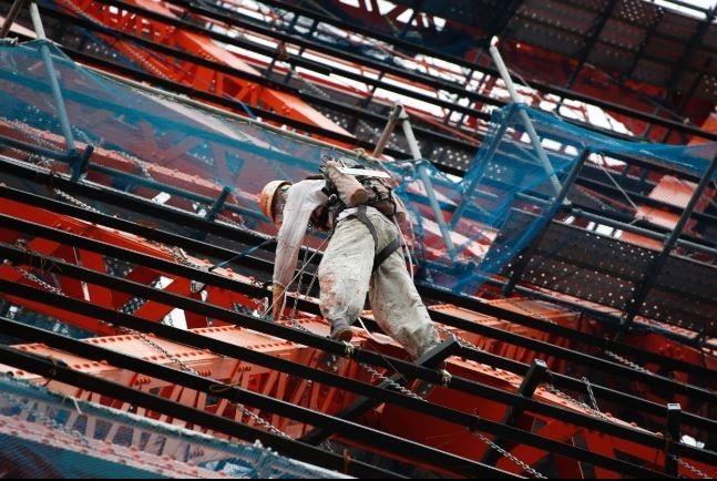 不知道近日到日本東京旅遊的民眾,有沒有發現東京鐵塔離地約50米左右的鐵塔外圍,有數名工人在塔上工作呢?其實,這些維修工人為今年4月東京鐵塔特別設置的裝置藝術品。(擷取自「東京鐵塔」)