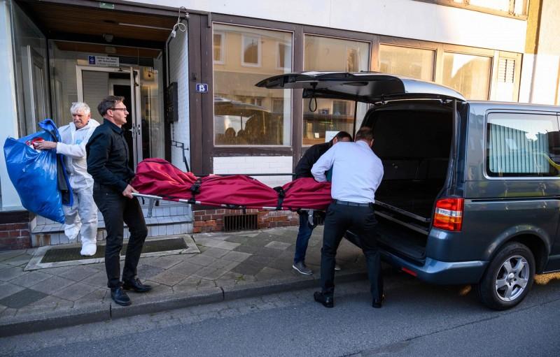 德國巴伐利亞邦帕紹市上週六傳出離奇命案,2女1男疑遭十字弓射殺,陳屍在伊爾茨河河畔一間旅館房內,未料,警方追查此案時發現,相隔犯罪現場約650公里處一棟公寓內,還有另外兩具屍體。(法新社)