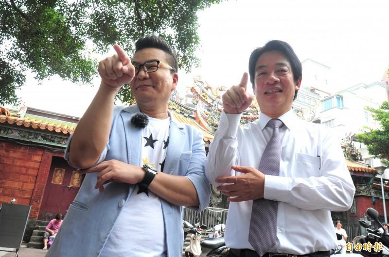 前行政院長賴清德(右)到台北慈聖宮錄製「威廉相見歡」節目,與主持人沈玉琳互動玩遊戲談政治。(記者王藝菘攝)