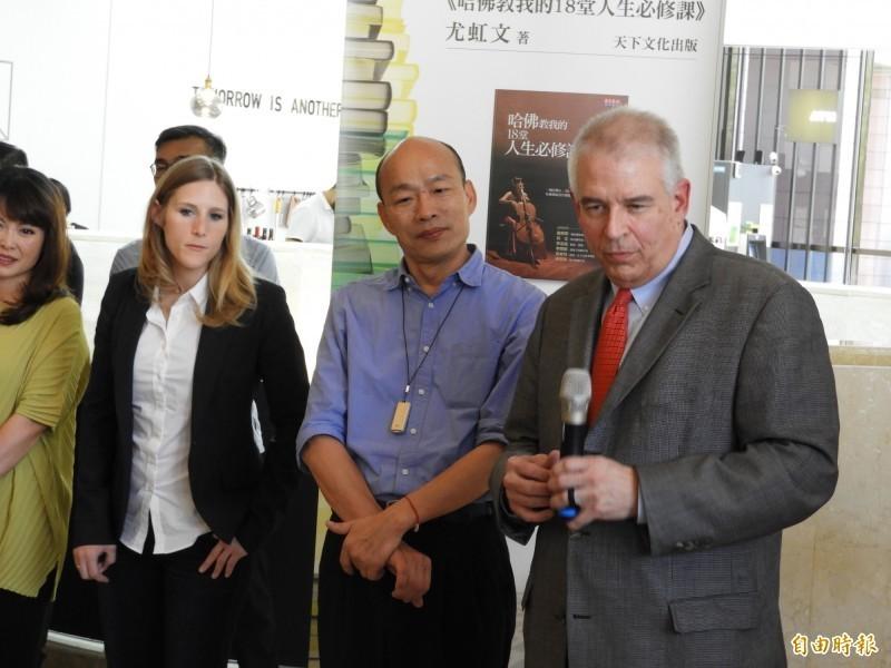 針對漫威爭議,高雄市長韓國瑜今天下午偕AAE執行長大衛‧馬丁在高雄市立美術館大廳說明。(記者葛祐豪攝)