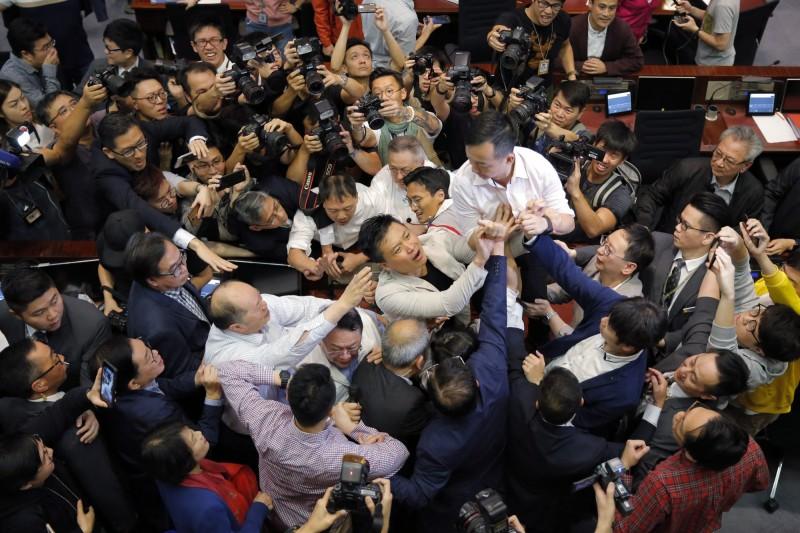 香港立法會11日修訂《逃犯條例》,建制派與民主派爆發肢體衝突。(美聯社)