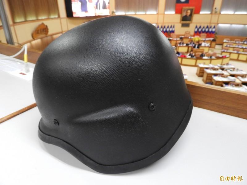 本報昨天披露,雙北霹靂小組員警使用的頭盔安全性落差很大,新北市的頭盔只能抵擋2顆子彈,台北市可以擋到8顆。圖為新北市霹靂小組使用頭盔。(記者賴筱桐攝)