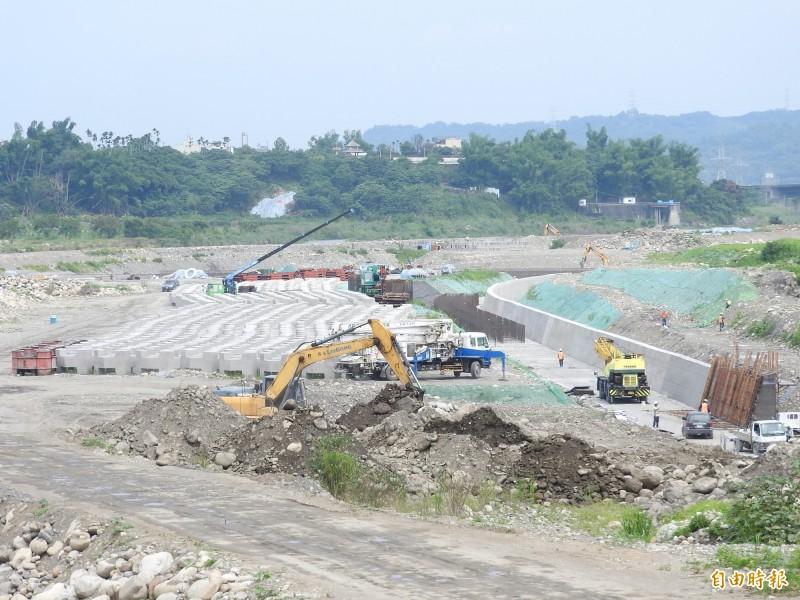 草屯鎮烏溪鳥嘴潭人工湖工程已經陸續發包施工。(記者佟振國攝)