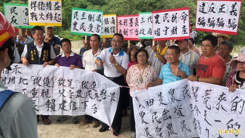 農民不滿水利署發放的補償費只有要求的一半,今前往現場舉白布條抗議。(記者佟振國攝)