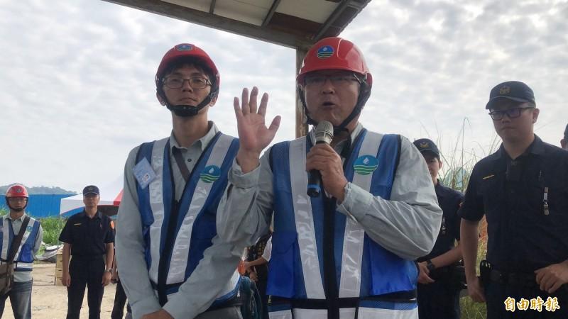 水利署中區水資局品管課長劉松烈(右)針對農民提出5大訴求進行答覆。(記者佟振國攝)