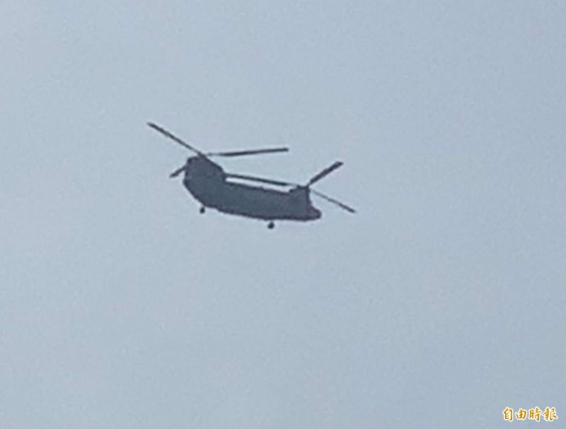 漢光預演,國軍雙螺旋槳直升機在中部低空盤旋,民宅門窗轟隆響。(記者湯世名攝)