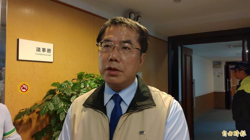 台南市長黃偉哲對女童病危一事,感到悲痛。他說,市府的反應應該再加快,發生後應立即處理。(記者蔡文居攝)