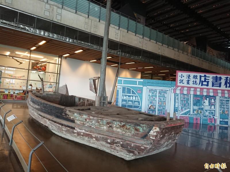 木造單桅手撑船逾-甲子。(記者洪瑞琴攝)