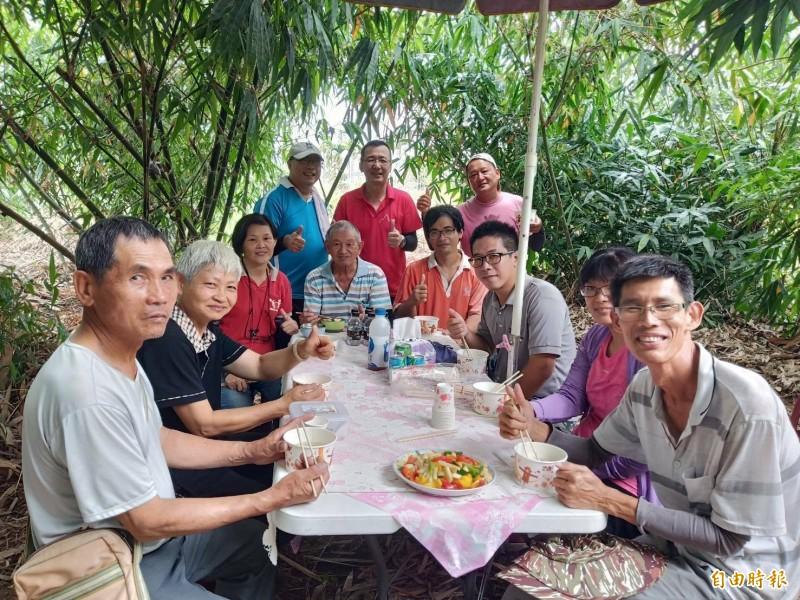 竹田鄉公所邀集農民到筍園中參訪。(記者邱芷柔攝)