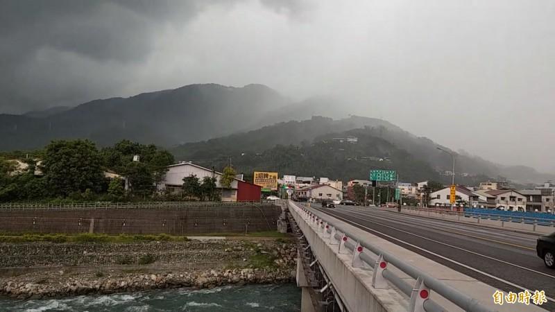 受對流以及地形抬升作用,南投水里下起局部陣雨,但平坦的地方卻沒有下雨,一橋之隔竟有迥異的天氣現象,令民眾又驚又喜。(記者劉濱銓攝)