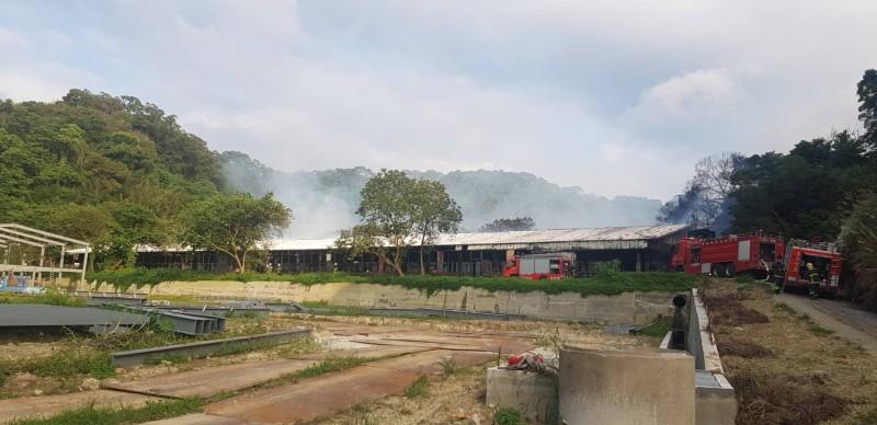 造橋鄉一處養雞場陷入火海,由於現場多易燃物,火勢一發不可收拾。(記者鄭名翔翻攝)