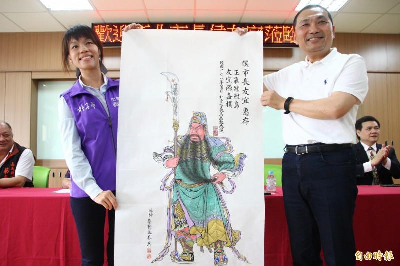 朴子市長吳品叡(左)贈關公書畫像給新北市長侯友宜(右)。(記者林宜樟攝)