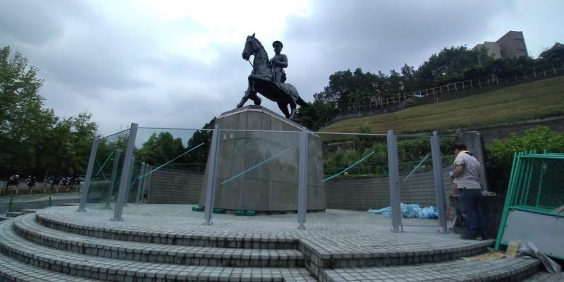 政治大學後山的蔣中正騎馬銅像曾被鋸斷馬腳,如今被玻璃帷幕包圍,引來學生笑稱:軟禁蔣公、大逆不道。(李惠仁提供)