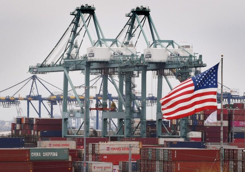 日前有中國學者聲稱,北京當局握有「3張王牌」,中國在美中貿易戰中會勝利。圖中,來自中國的貨櫃在洛杉磯港卸下後,存放在美國國旗旁邊。(資料照,歐新社)