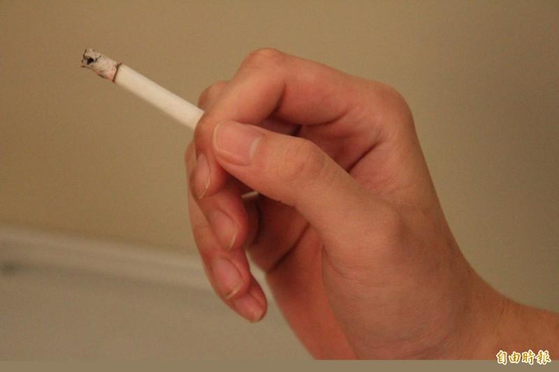 吸菸示意圖。