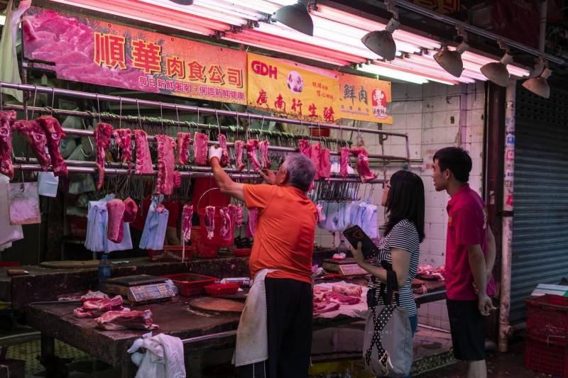 專家預估中國非洲豬瘟2019年將導致超過2億頭豬死於豬瘟或撲殺,恐將對全球蛋白質供應市場造成極大衝擊、影響全球經濟。圖為香港豬肉攤商。(彭博)