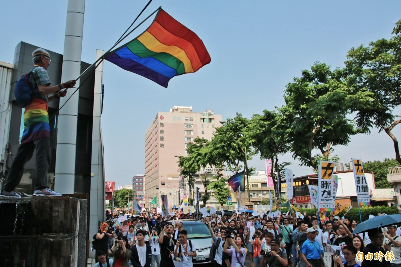 同婚專法草案17日將在立法院上演表決大戰。圖為12日在苗栗舉行的平權遊行,同婚釋憲申請人祁家威(圖左)站高處揮舞彩虹旗。(資料照,記者鄭名翔攝)