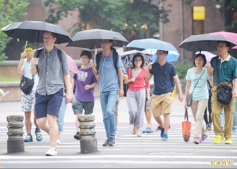 氣象局預估,下週一鋒面通過、東北風增強,全台都有局部大雨發生機率。(資料照)