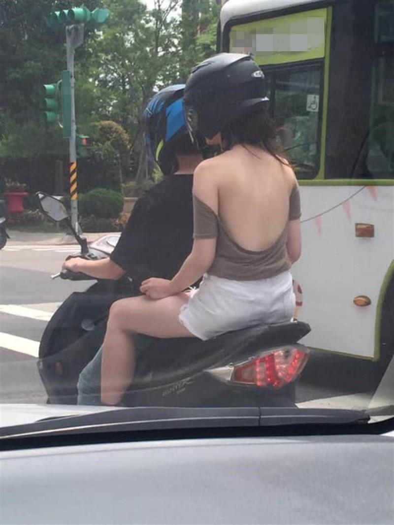有網友在馬路上等紅燈時目擊,前方有名坐在機車後座的女子穿著相當火辣,只見她身穿U字型的挖背上衣,大片白皙的嫩背嶄露無遺。(圖擷自爆廢公社)