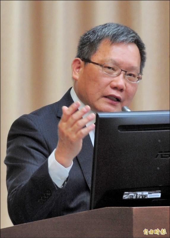 財政部長蘇建榮宣布雲端發票增列獎項。(記者王藝菘攝)