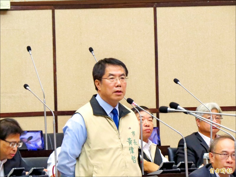 反七股漁電共生自救會到台南市府抗議,市長黃偉哲表示,只要未經地主和漁民同意,不會同意設置太陽光電板。(記者蔡文居攝)