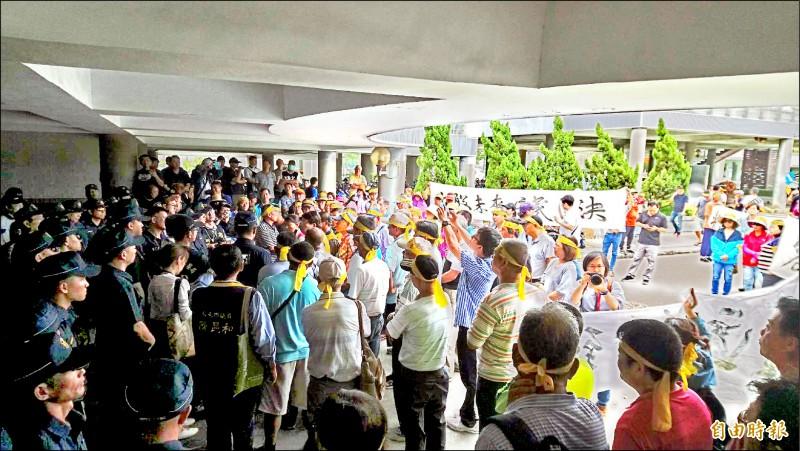 反七股漁電共生自救會到台南市府抗議。(記者洪瑞琴攝)