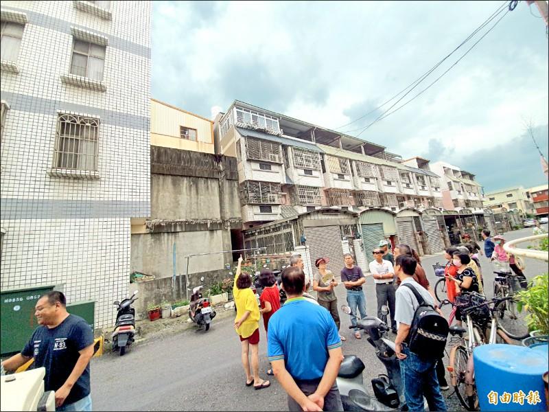 新營區南紙社區一民宅以水塔偽裝設置電信基地台,居民群情激動表達反對。(記者王涵平攝)