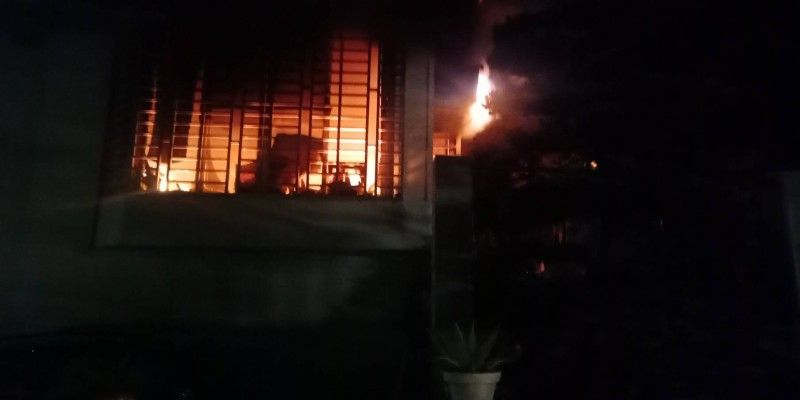 消防人員抵達現場發現一樓竄出明火。(記者萬于甄翻攝)