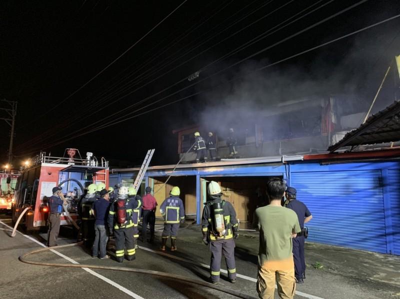 昨深夜後龍鎮一處兩層樓民宅傳出火警。(記者鄭名翔翻攝)