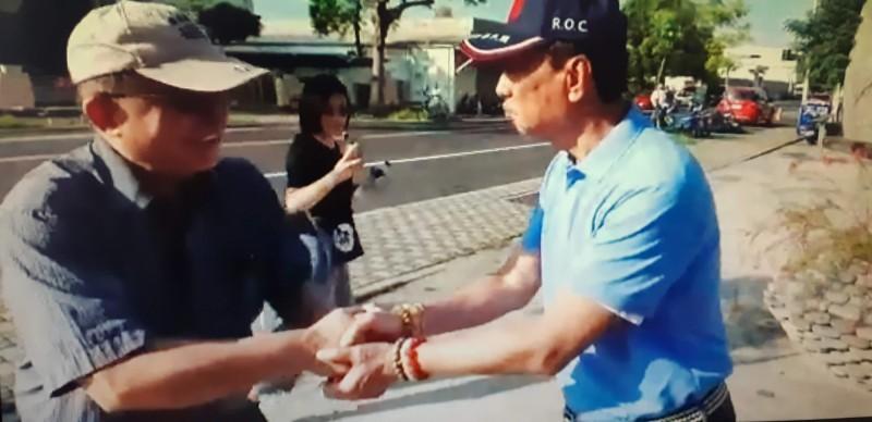 郭台銘(右)與台東農業處長許瑞貴握手致意。(民眾提供)