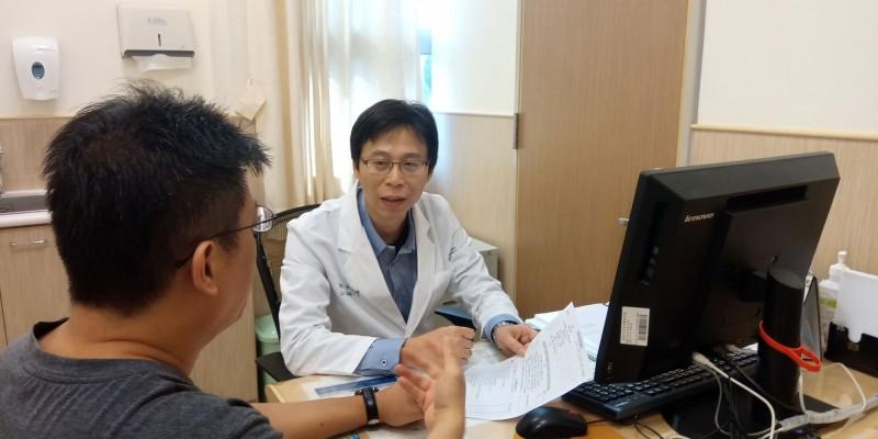台南市立安南醫院精神科主任張俊鴻醫師(中)看診情形。(記者王俊忠翻攝)