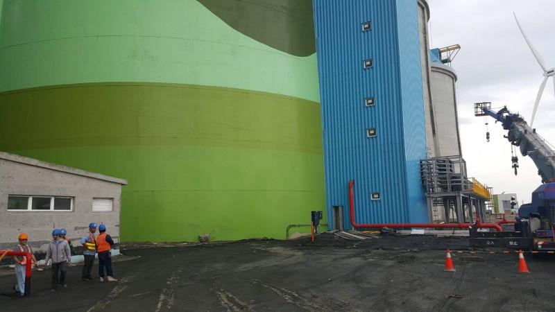 發生員工墜落電梯井的簡易煤倉。(記者王宣晴翻攝)