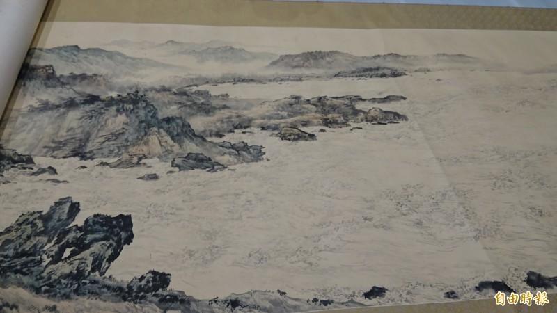 《寶島長春圖卷》在台南美術館開箱,將自5月25日起展出。(記者劉婉君攝)