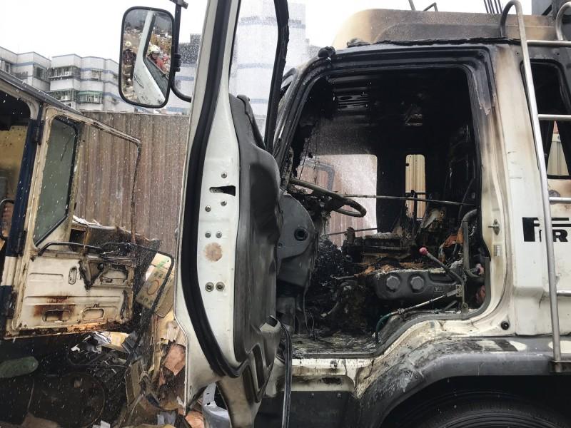 資源回收車內的電風扇突然起火燃燒。(記者王宣晴翻攝)