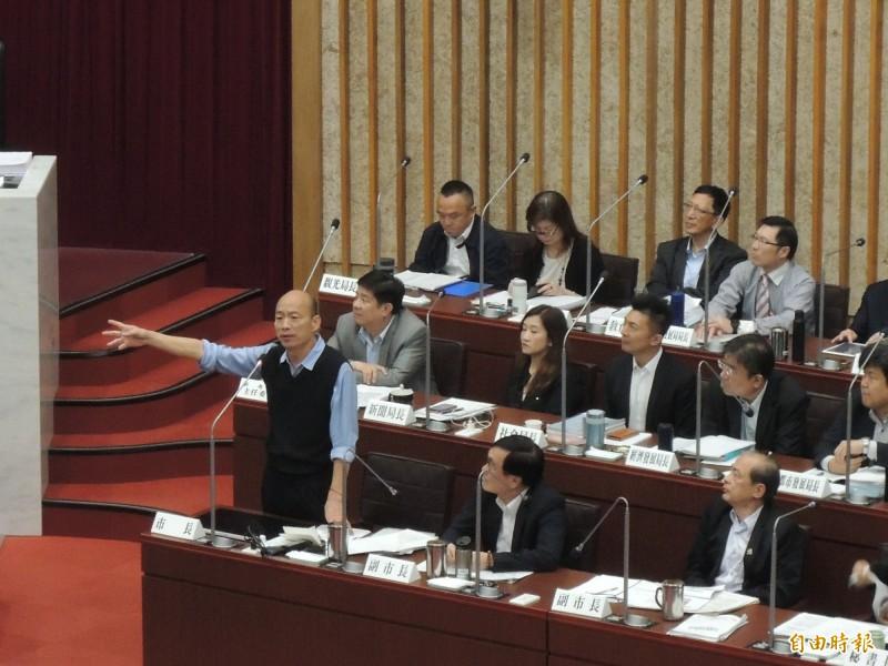 韓國瑜今「總機」上身,屢屢主動爭取答詢,還希望讓總機多講兩句。(記者王榮祥攝)