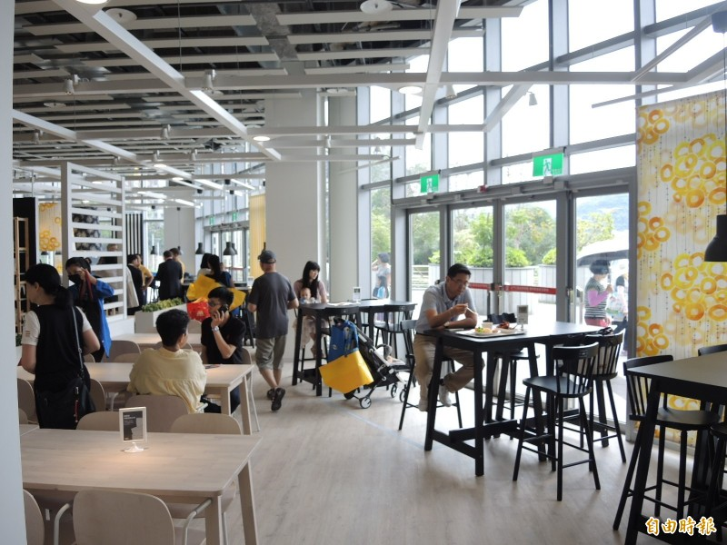 IKEA 餐廳結合中庭落地窗區域,視野遼闊。(記者翁聿煌攝)